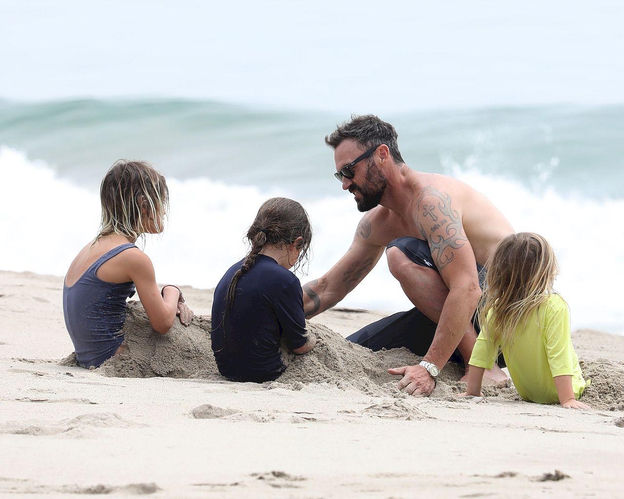 Brian Austin Green na plaży z synami