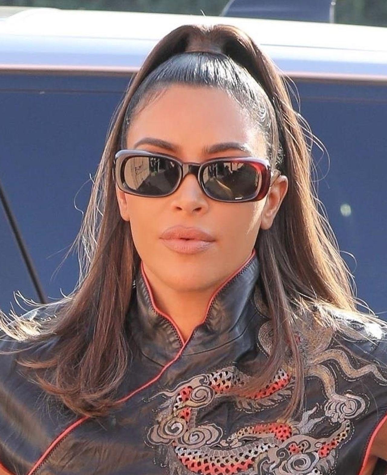 Kim Kardashian w skórzanej stylizacji.