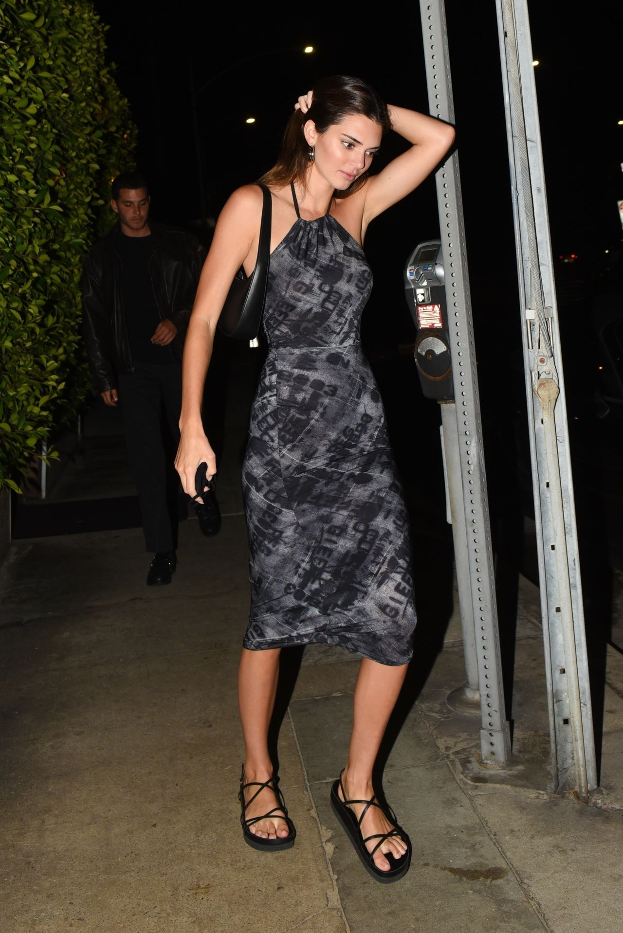 Kendall Jenner w obcisłej sukience i sandałach