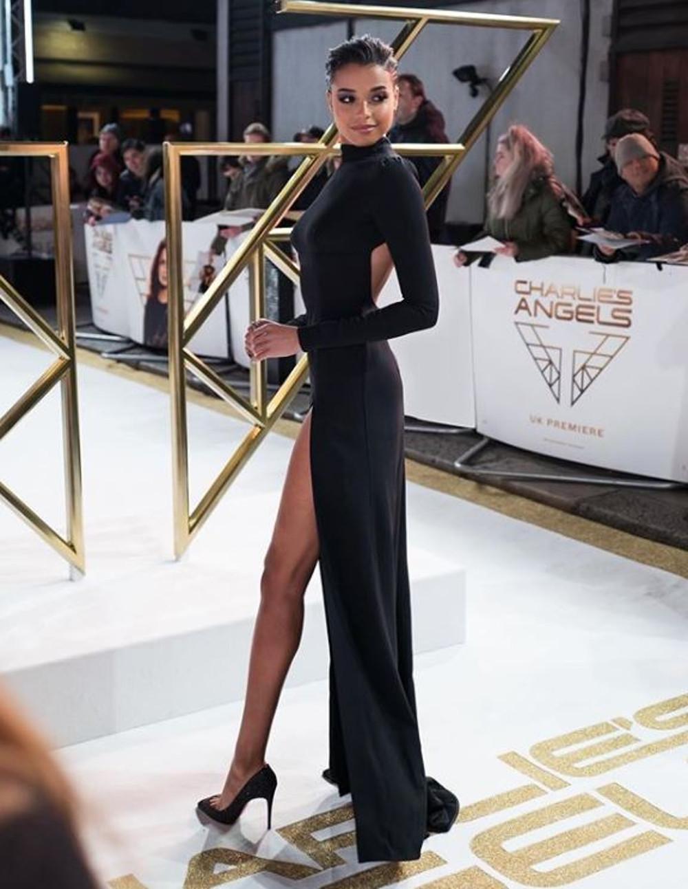 Ella Balinska w eleganckiej sukni na imprezie branżowej.