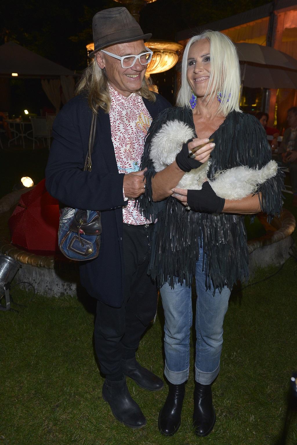Kora z mężem i ukochanym psem na imprezie branżowej.