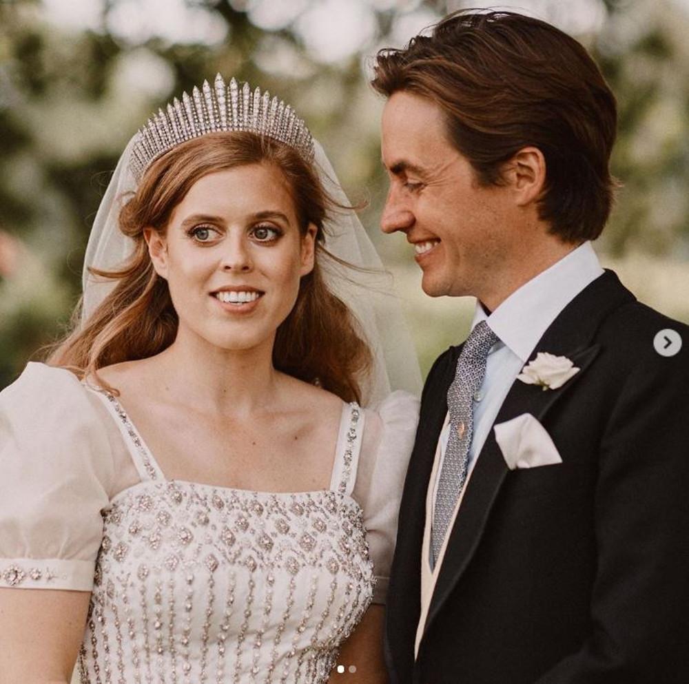 Księżniczka Beatrice i Eduardo Mapelli Mozzi na królewskim ślubie.