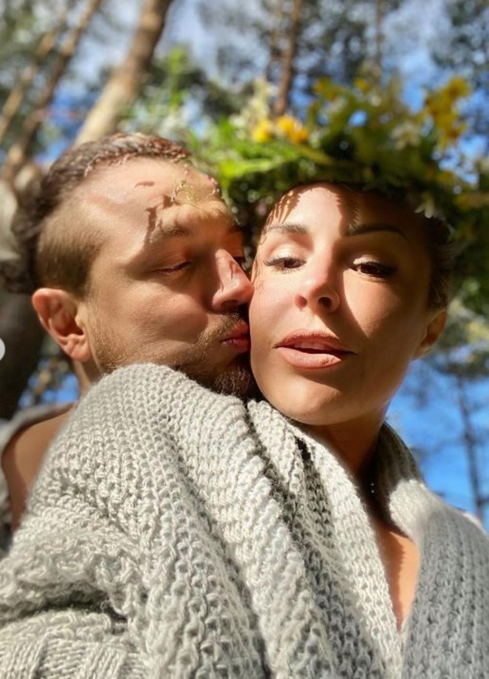 Blanka Lipińska i Baron na romantycznym zdjęciu.