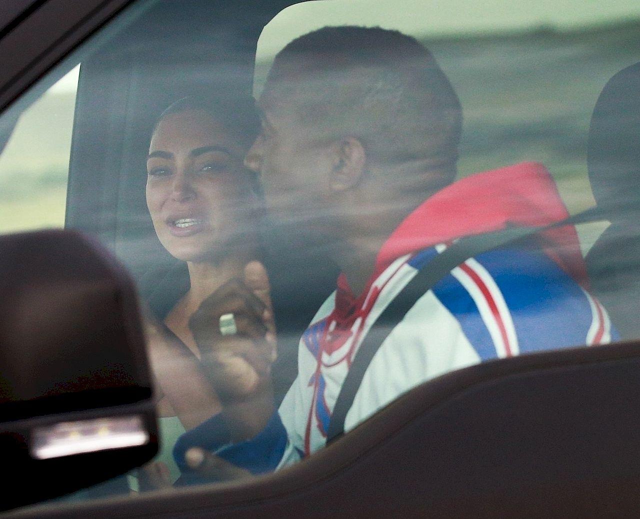 Kim Kardashian płacze podczas rozmowy z Kanye Westem po jego tweetach.