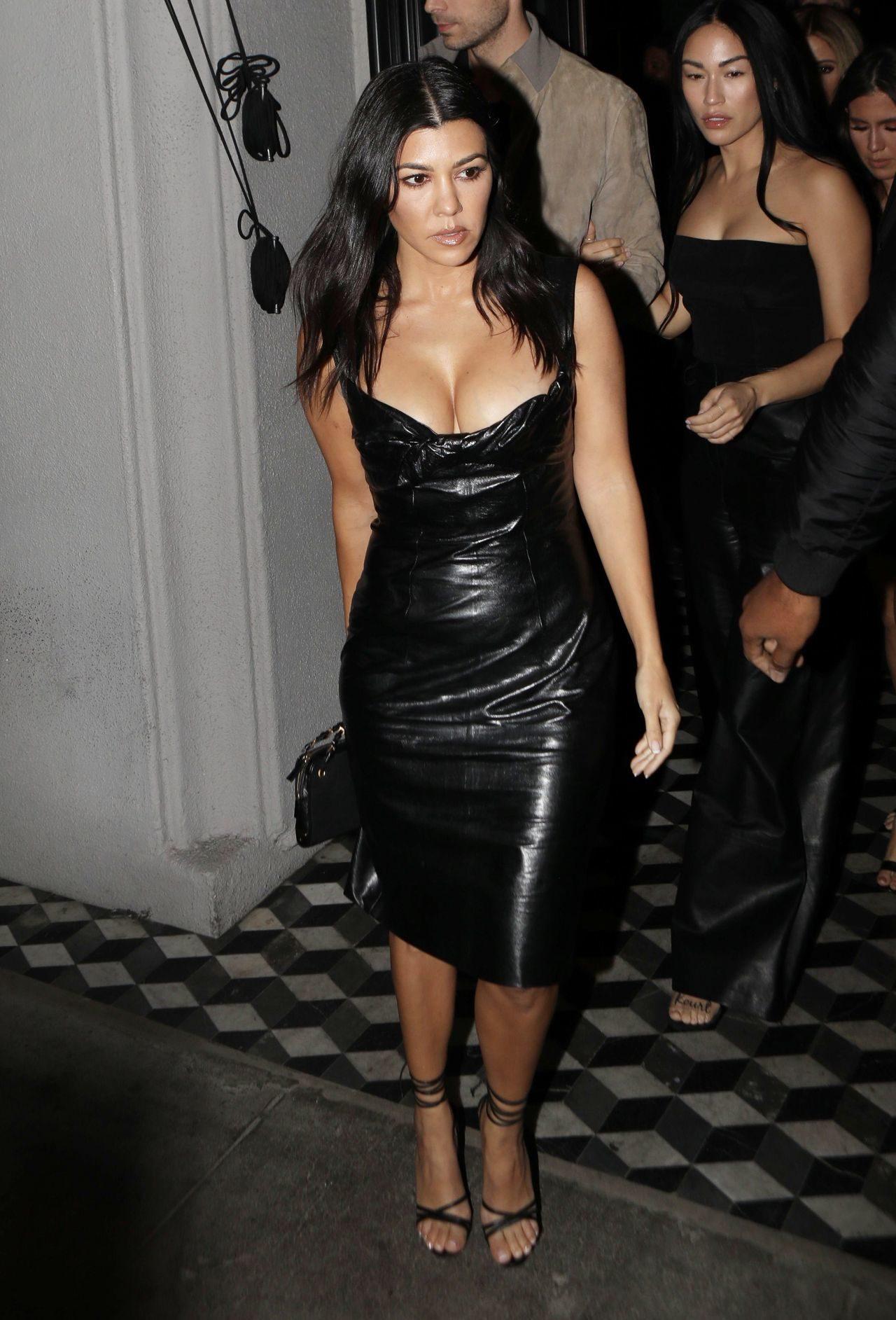 Kourtney Kardashian w skórzanej sukience.