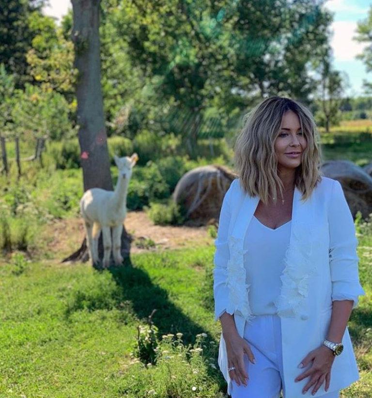 Małgorzata Rozenek w białym garniturze.