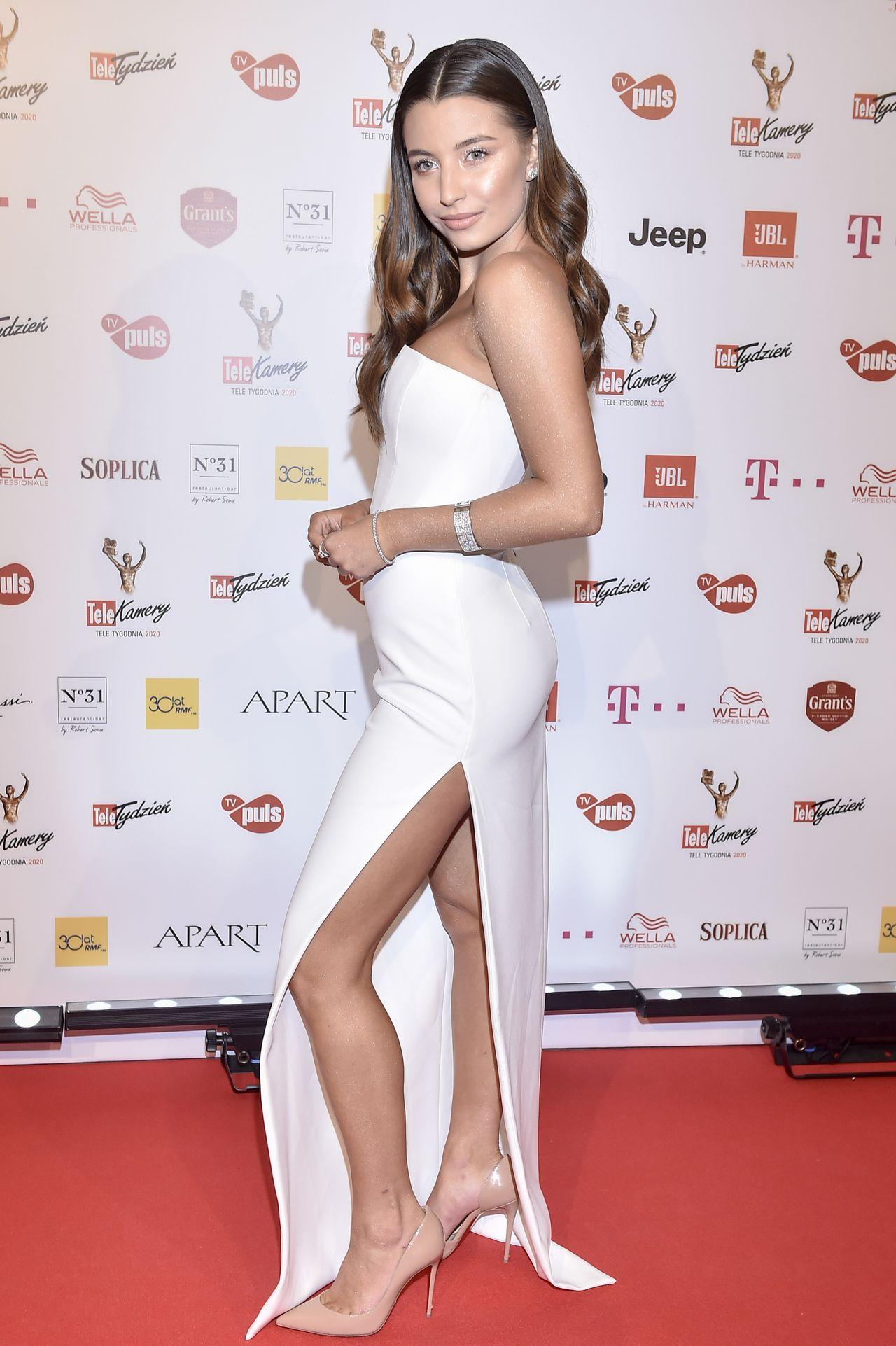 Julia Wieniawa w białej sukience na ściance.