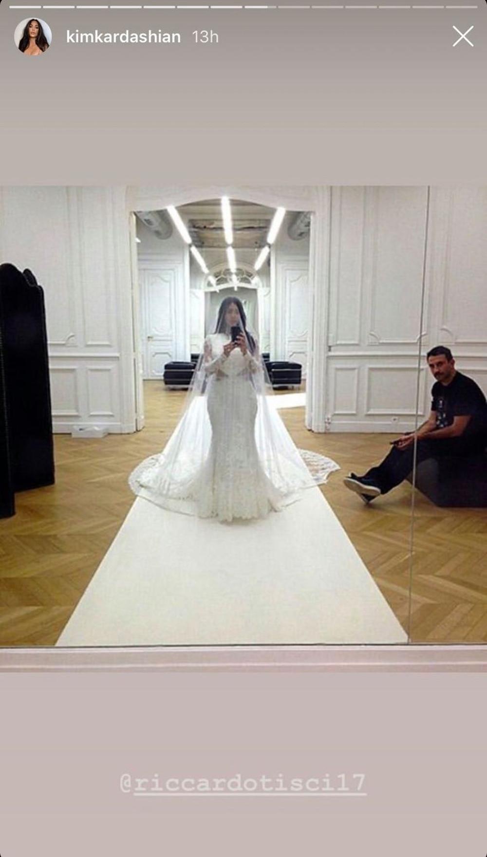 Kim Kardashian przymierza suknię ślubną