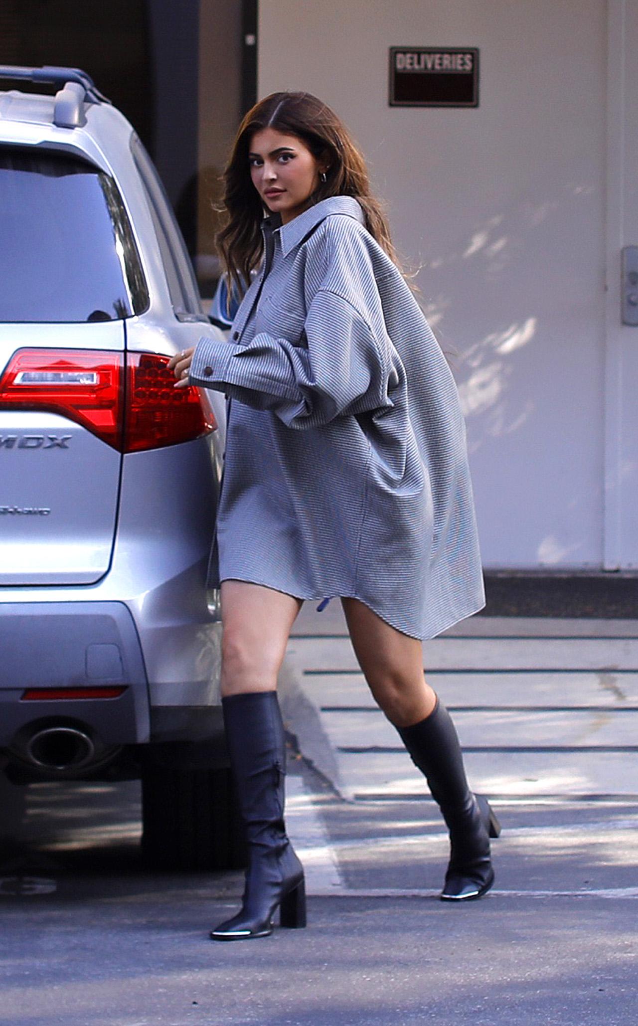 Kylie Jenner założyła kozaki latem.