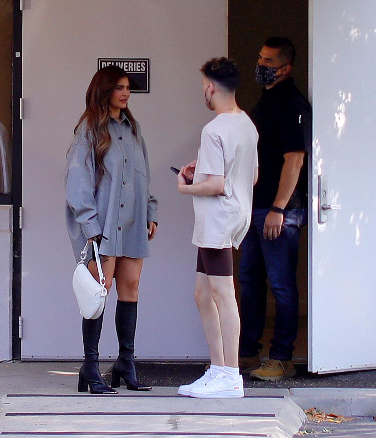 Kylie Jenner wychodzi z biznesowego spotkania.