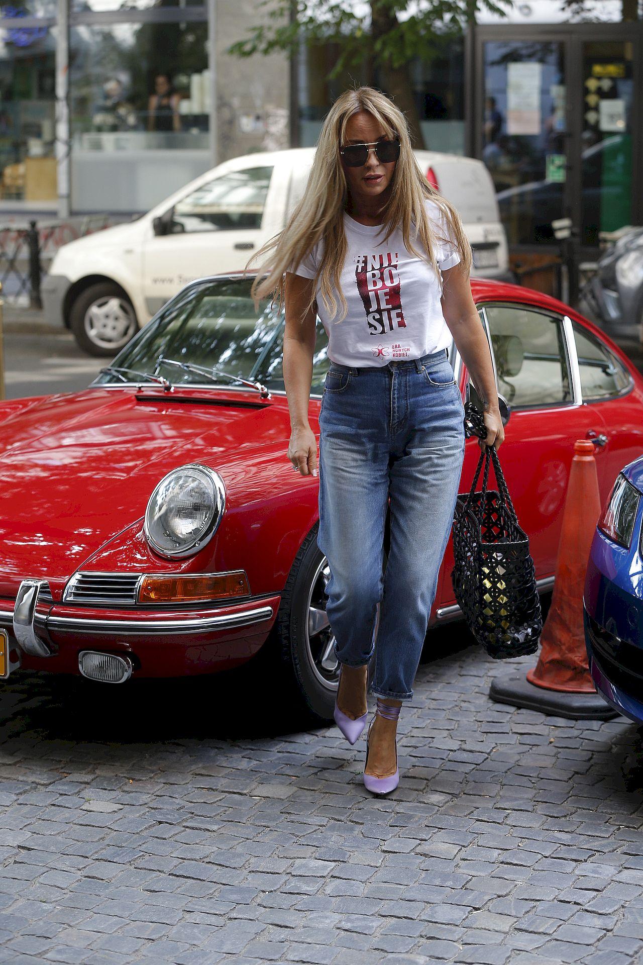 Joanna Przetakiewicz przed starym Porsche.