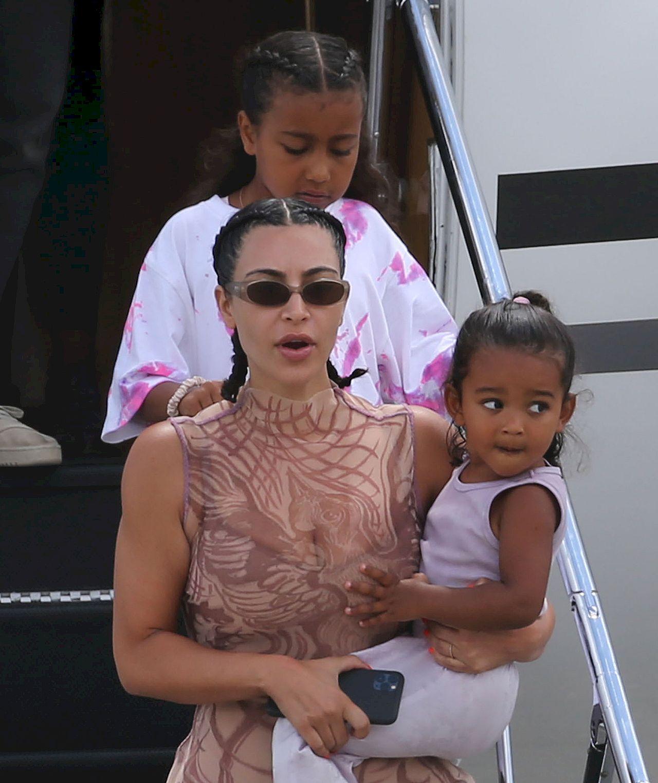 Kim Kardashian wraca z wakacji z dziećmi