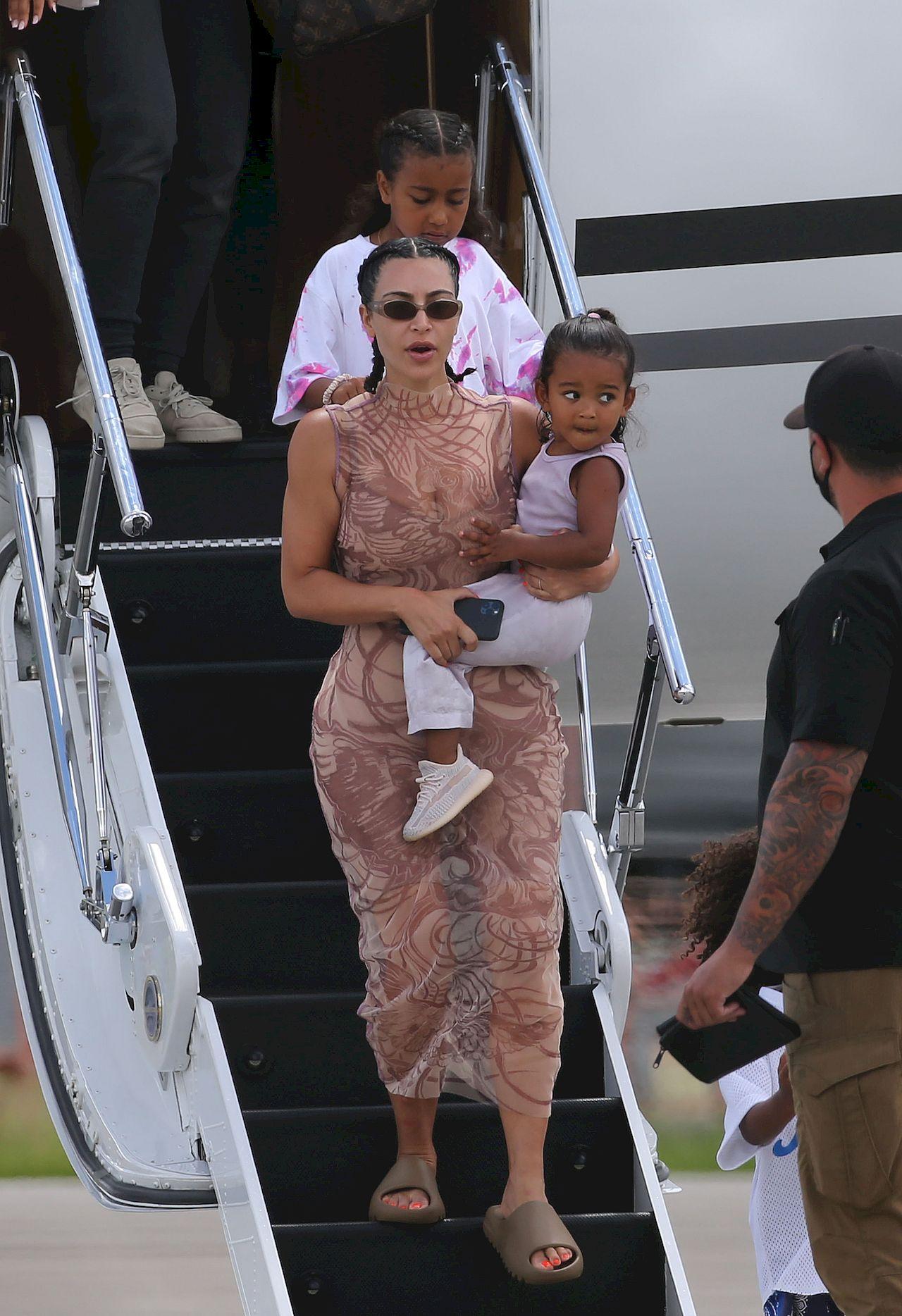 Kim Kardashian wysiada z samolotu
