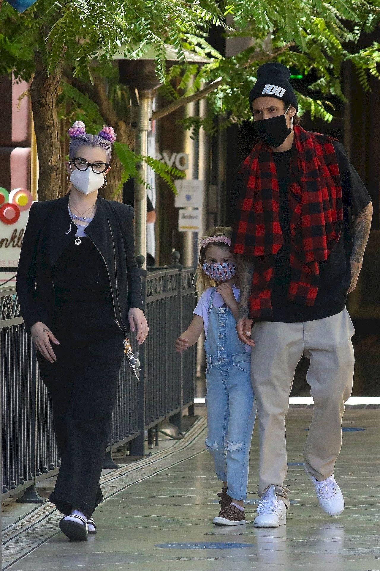 Kelly Osbourne na spacerze z chłopakiem i jego córką