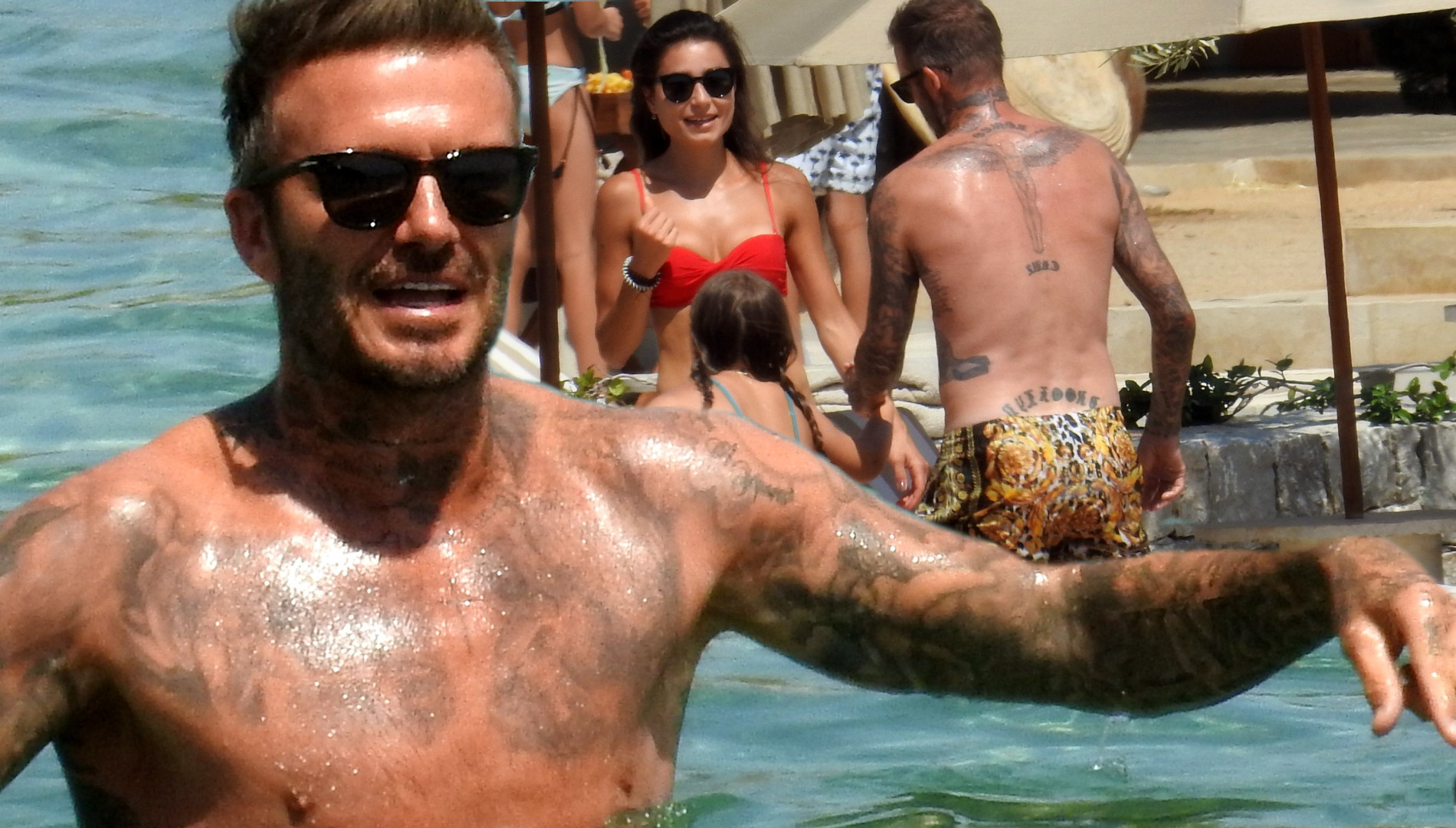 David Beckham w kąpielówkach za 1700 złotych szaleje z dziećmi w morzu (ZDJĘCIA)