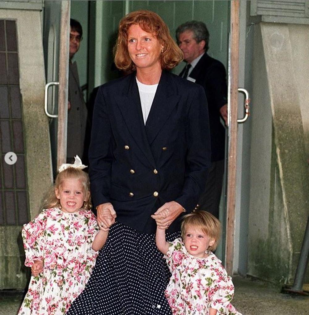 Księżniczka Beatrice z siostrą Eugenią i mamą Sarah Ferguson.