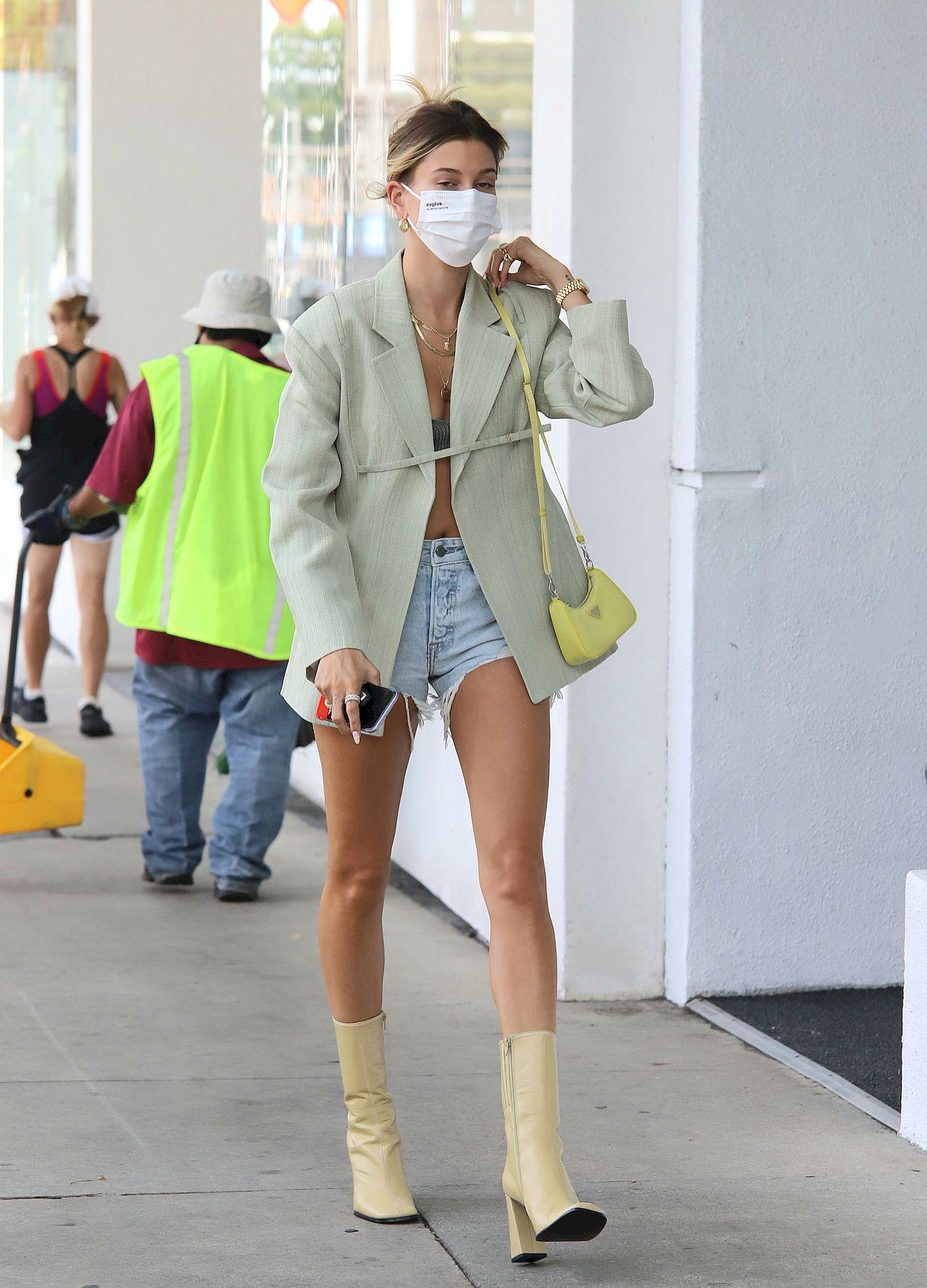 Hailey Bieber ma bardzo zgrabne nogi