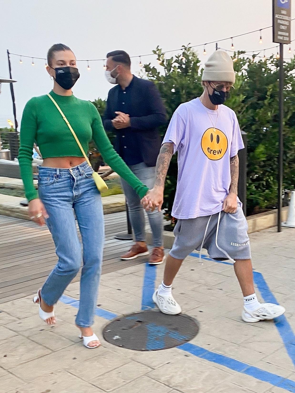 Justin Bieber z żoną trzymają się za ręce.