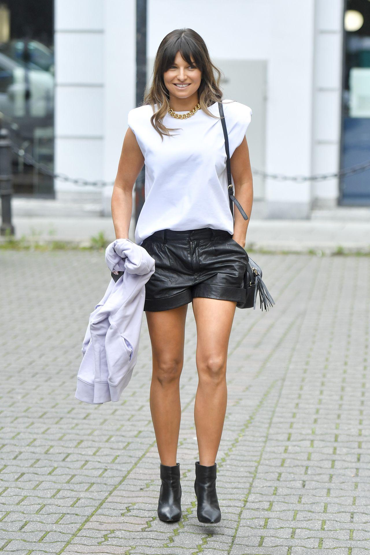 Anna Lewandowska w białej bluzce i czarnych szortach