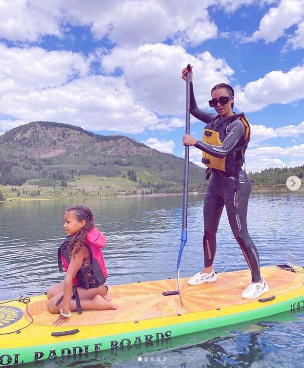 Kim Kardashian z córką North pływa na desce.