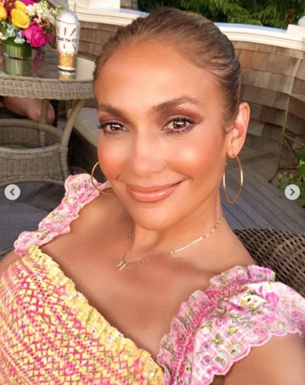 Jennifer Lopez w brązowym smokey eye.