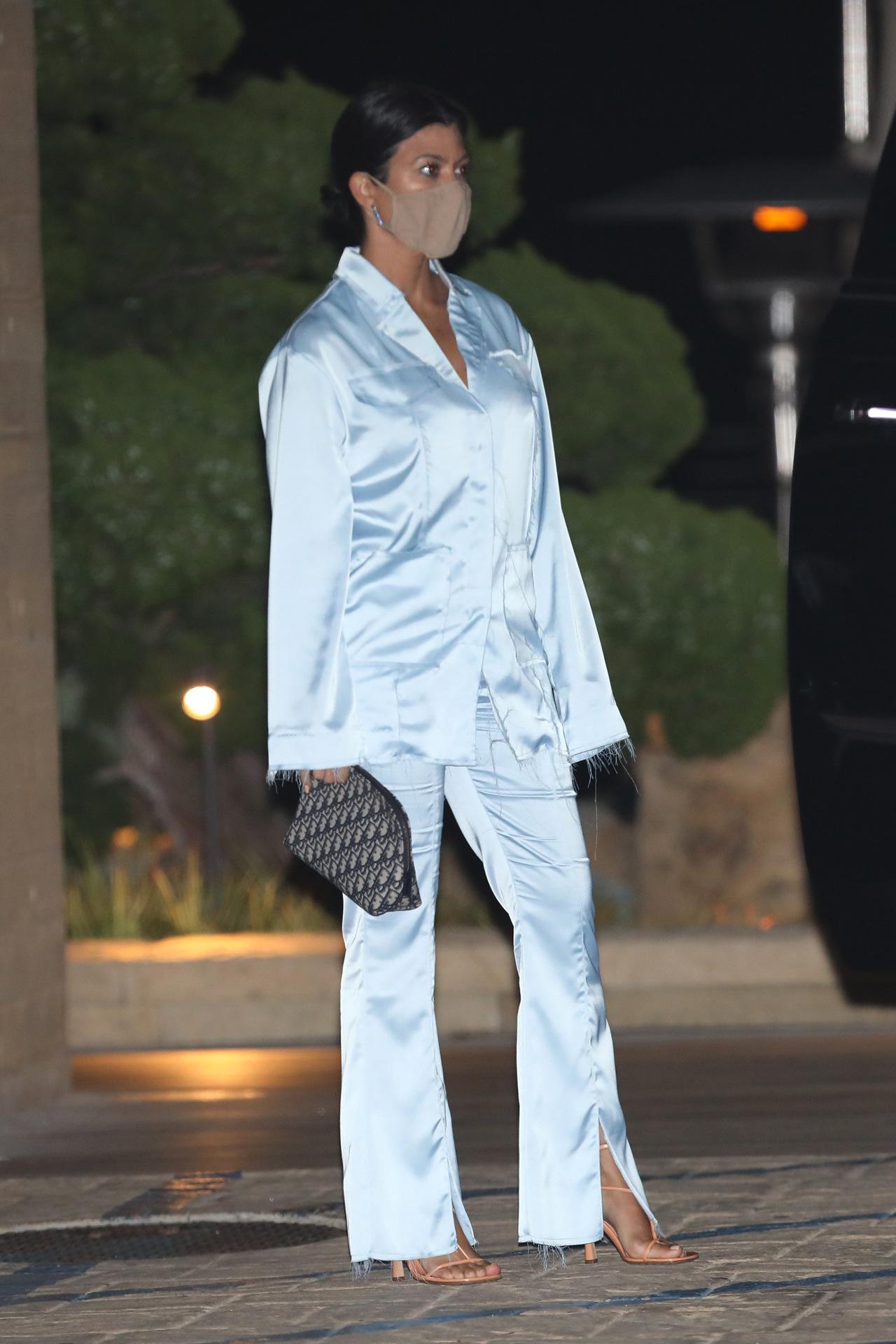 Kourtney Kardashian w jedwabnym garniturze.