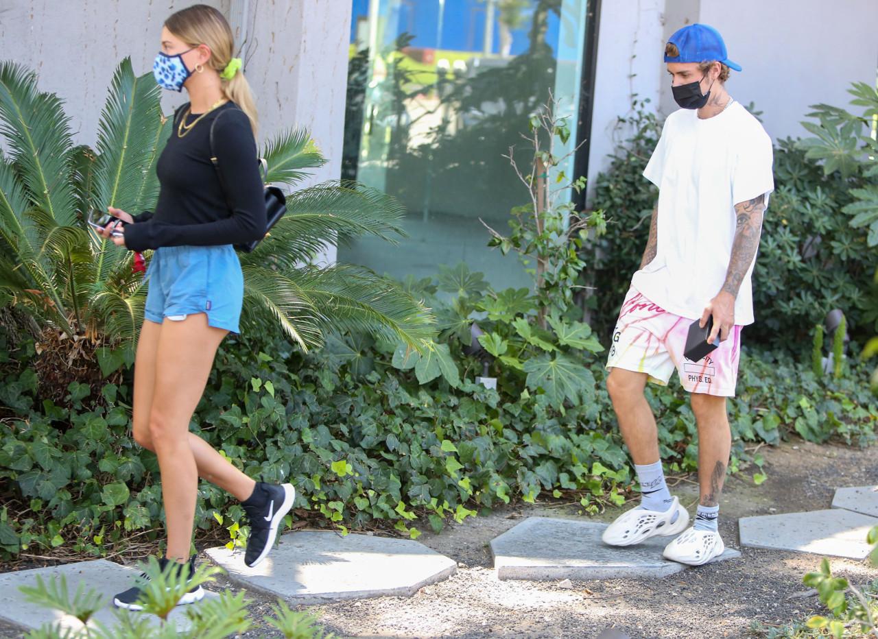 Justin Bieber i Hailey Bieber przyłapani przez fotoreporterów.