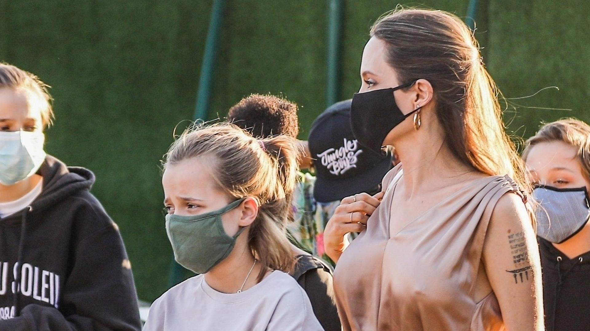 RZADKI widok – Angelina Jolie zabrała WSZYSTKIE dzieci na sushi (ZDJĘCIA)