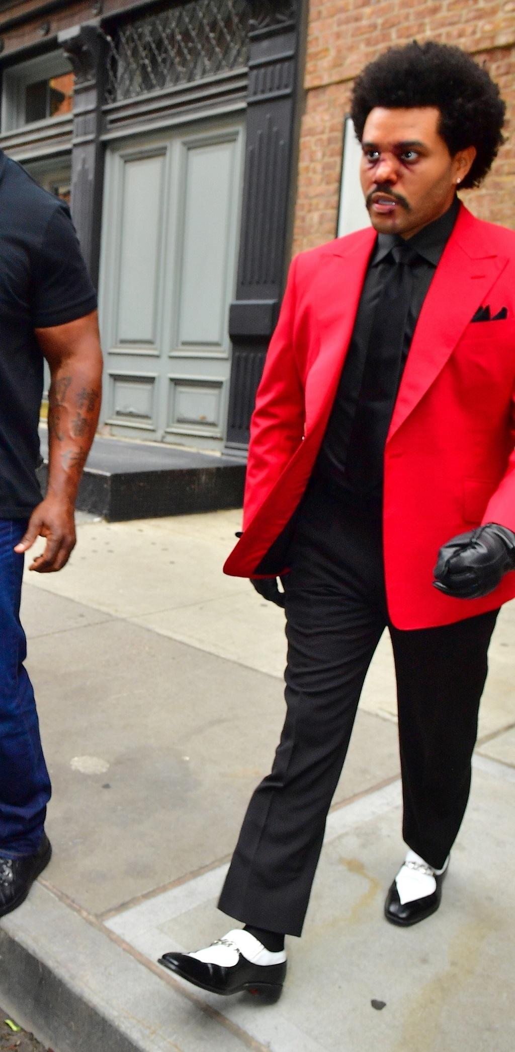 The Weeknd w czerwonej marynarce i posiniaczonej twarzy.