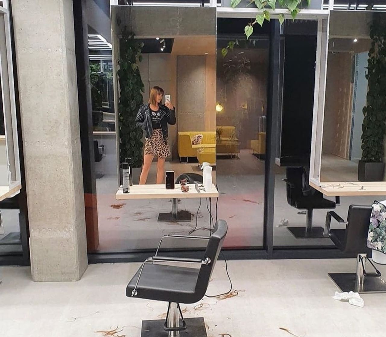 Zuza Kołodziejczyk w salonie fryzjerskim