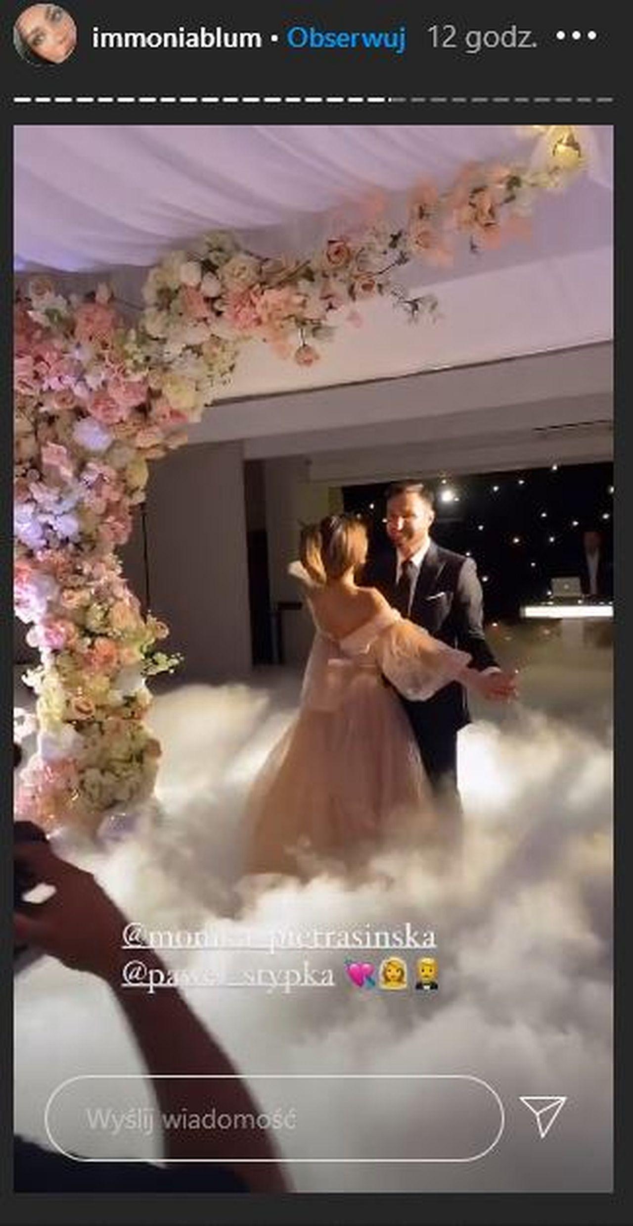 Ślub Moniki Pietrasińskiej i Pawła Stypki - pocałunek - pierwszy taniec