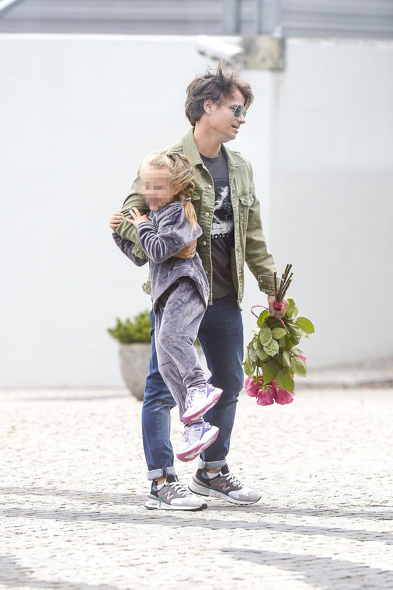 Maecin Hakiel z córeczką - czekał na Kasię Cichopek z kwiatami
