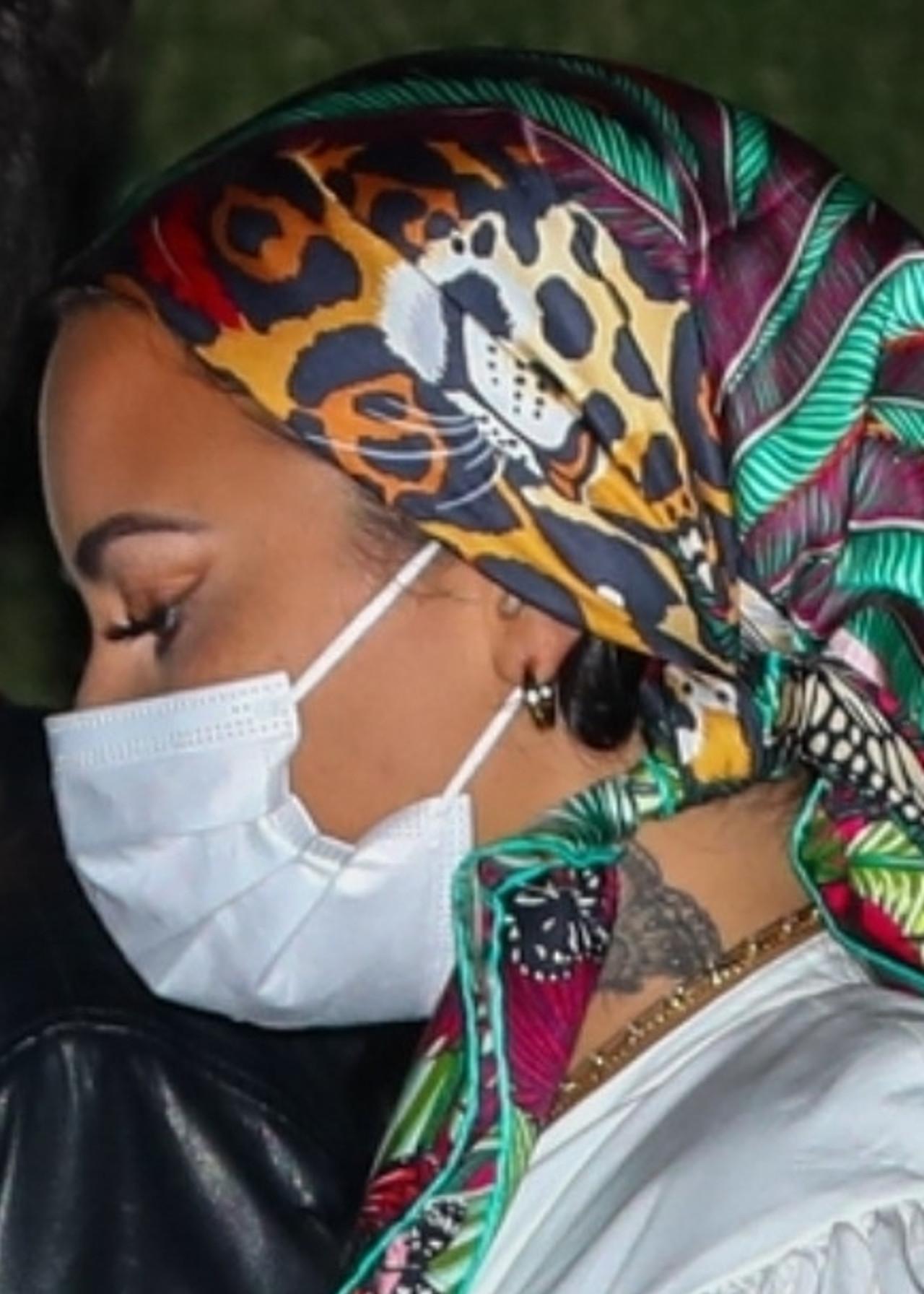Demi Lovato w chuście na głowie.