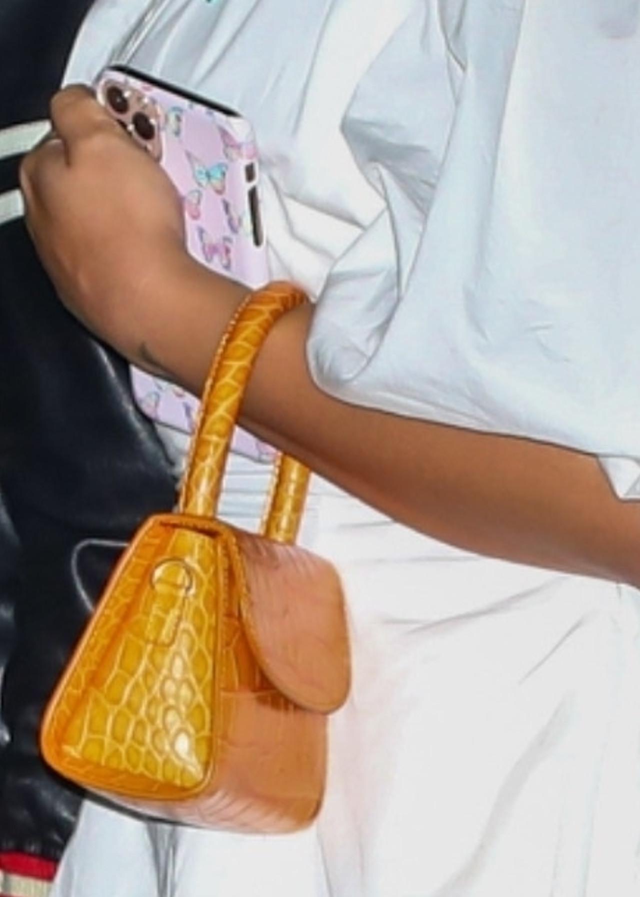 Demi Lovatodobrała mini torebkę do stylizacji.