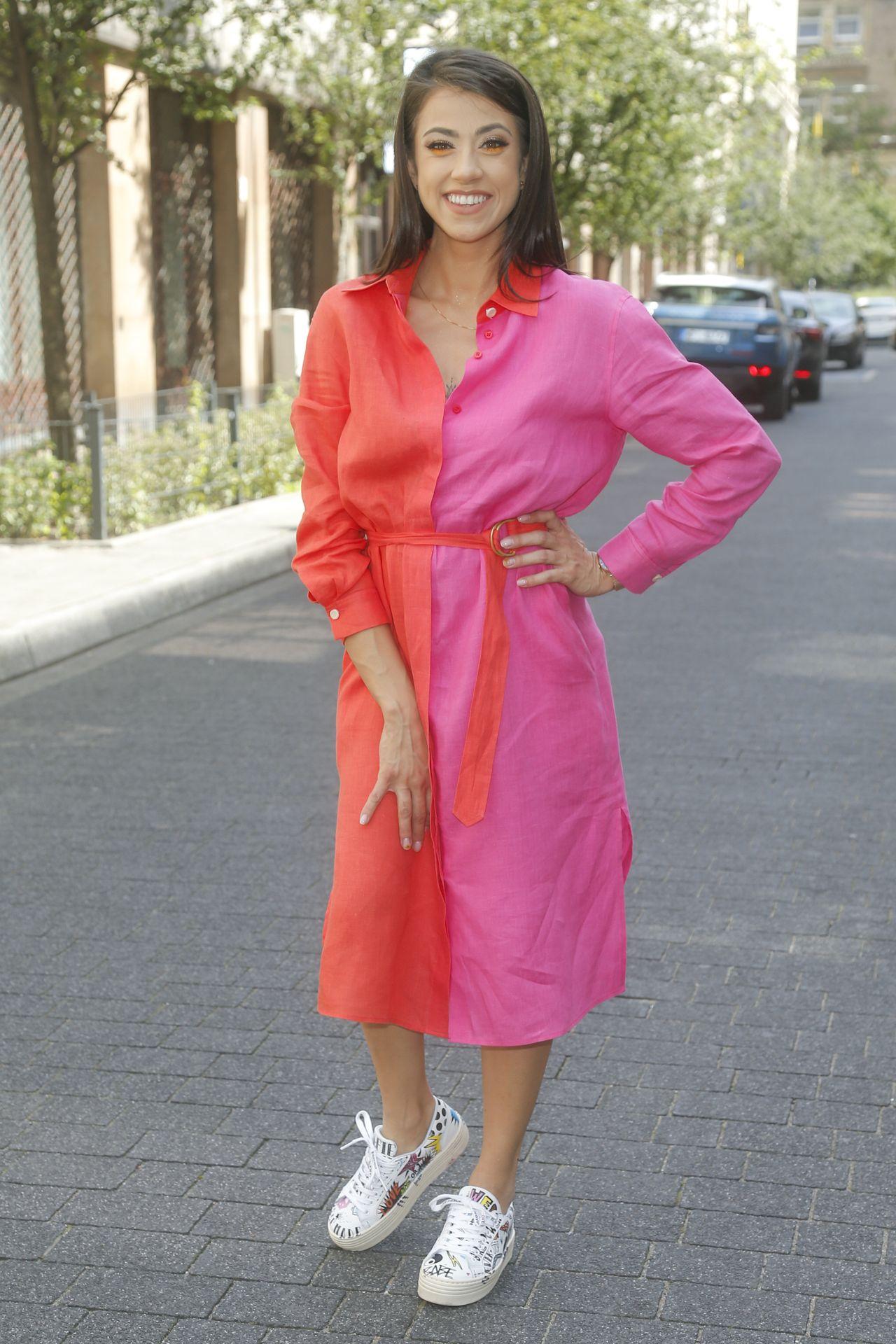 Maja Hyży w czerwono-różowej sukience i ciekawym makijażu.