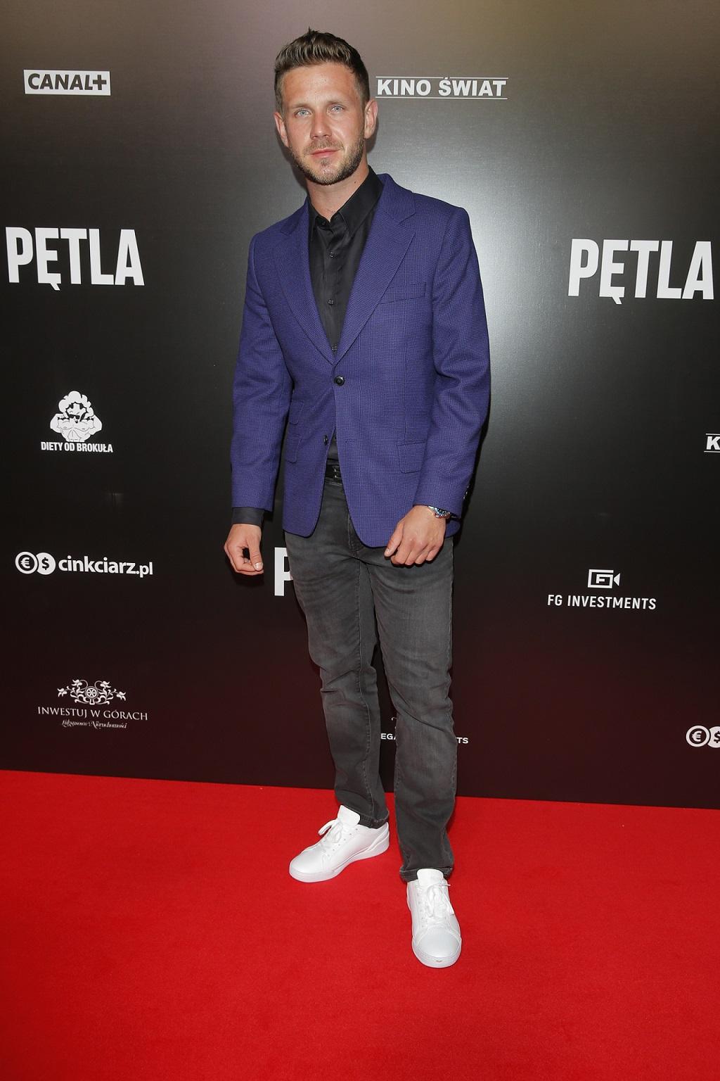 """Antoni Królikowski na premierze filmu """"Pętla""""."""