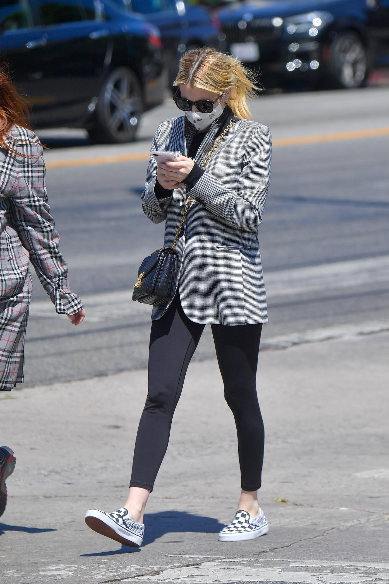Emma Roberts ukrywa ciążowy brzuch.