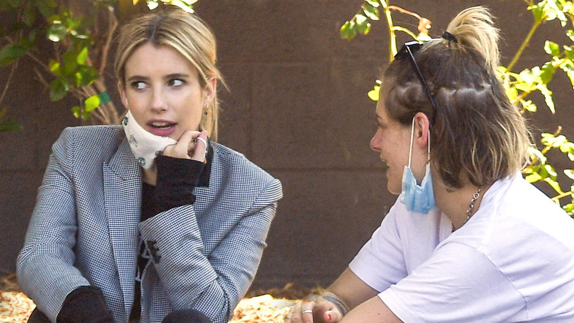 Ciężarna i wystrojona Emma Roberts spotkała się z Kristen Stewart. Aktorka próbowała ukryć rosnący brzuszek