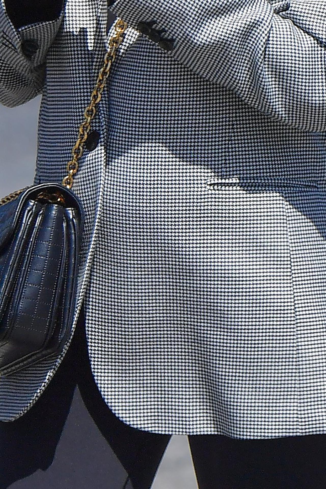 Emma Roberts ukrywa ciążowy brzuch pod marynarką.