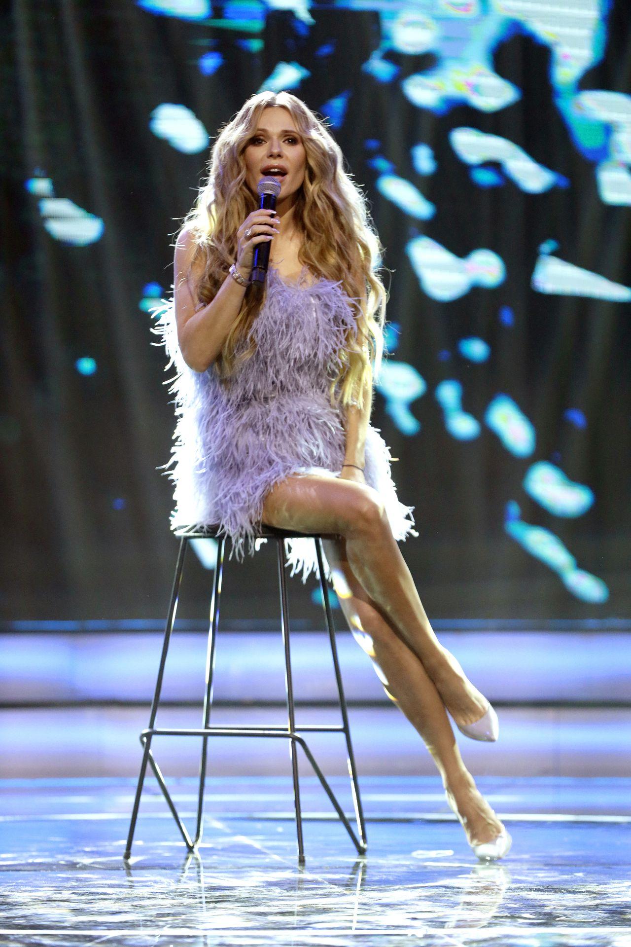 Doda śpiewa na scenie