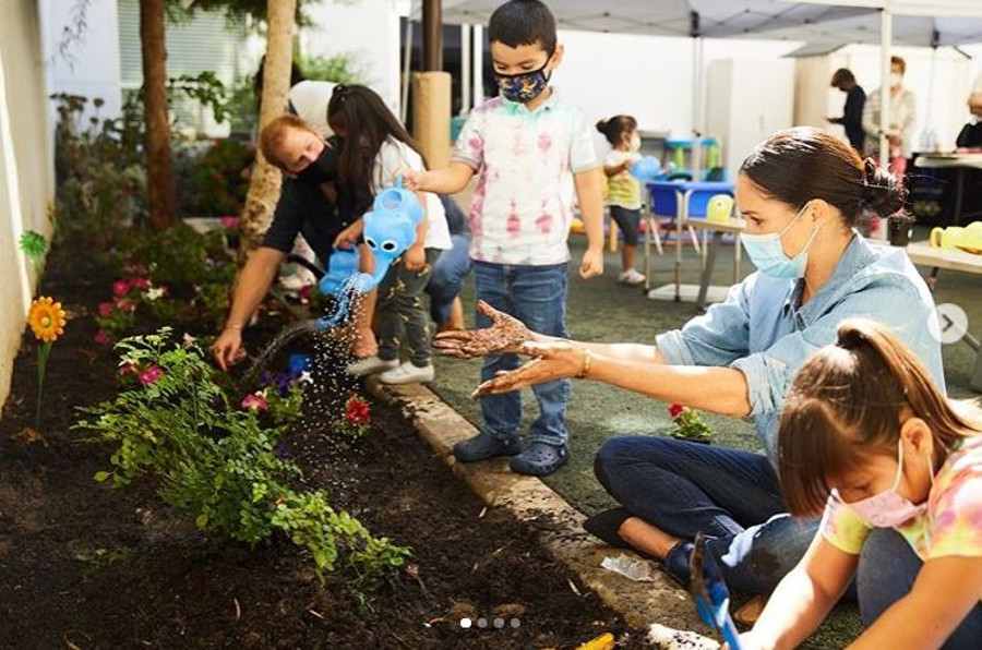 Meghan Markle i Harry sadzą kwiaty.