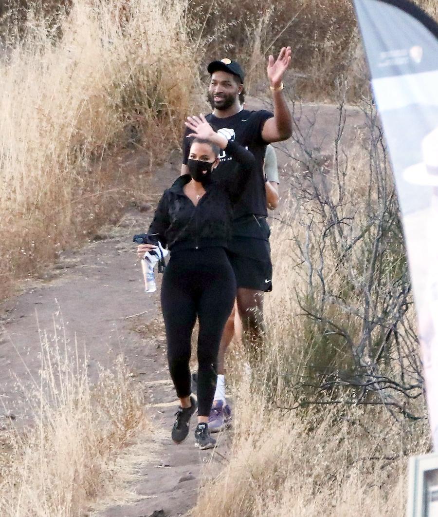 Khloe Kardashian na spacerze z Tristanem.