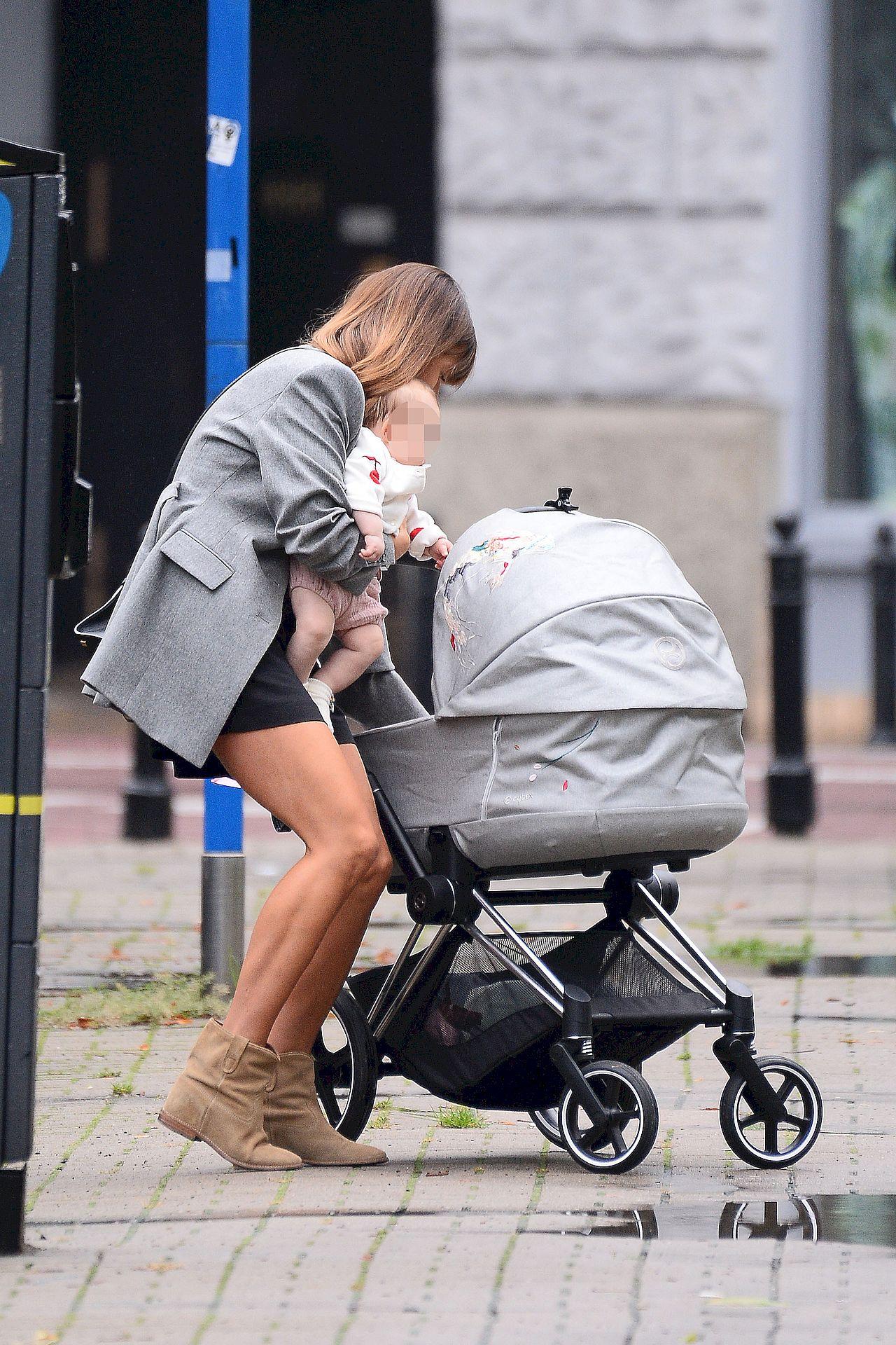 Anna Lewandowska na spacerze z córką.