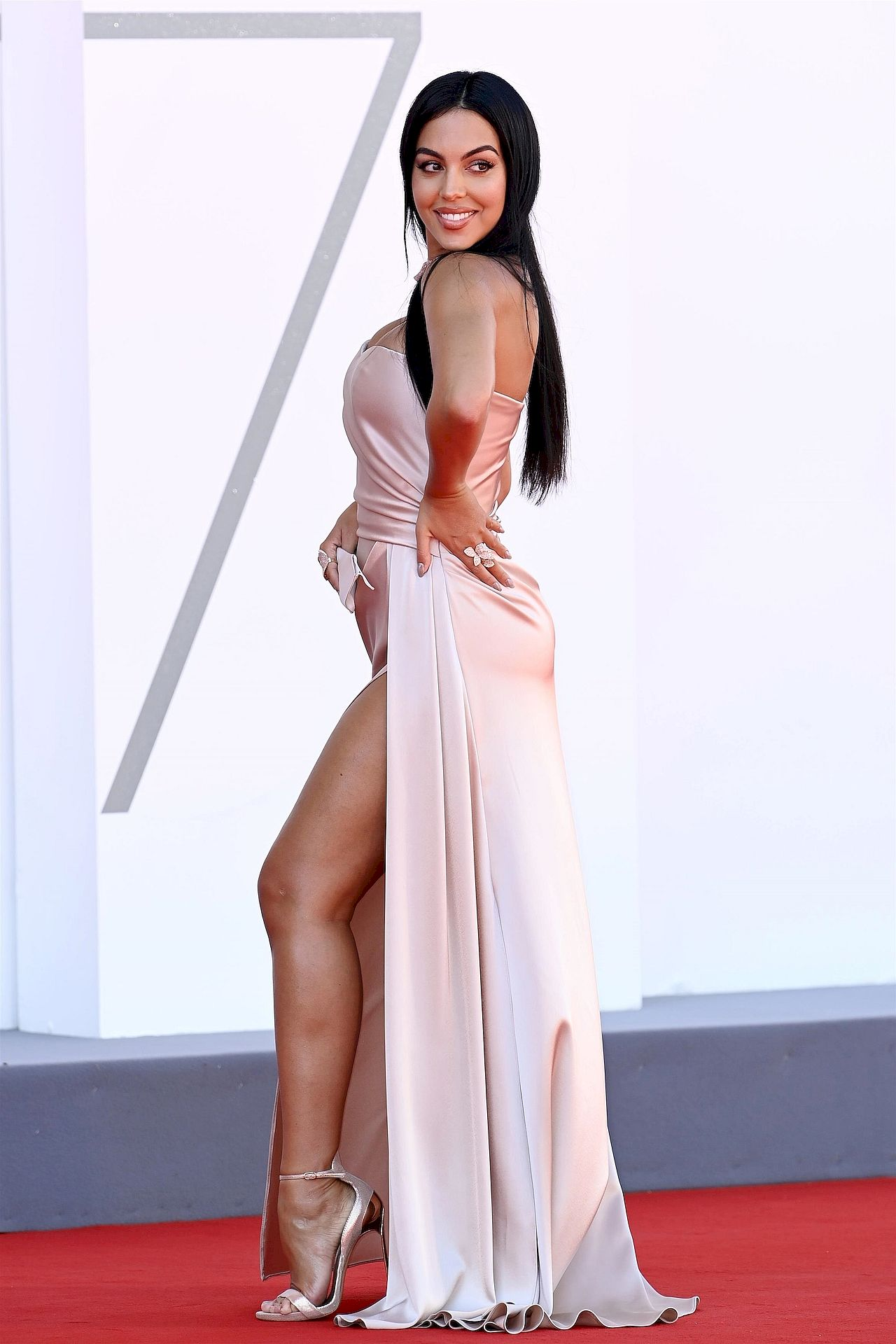 Georgina Rodriguez miała na sobie długą sukienkę w kolorze pudrowego różu