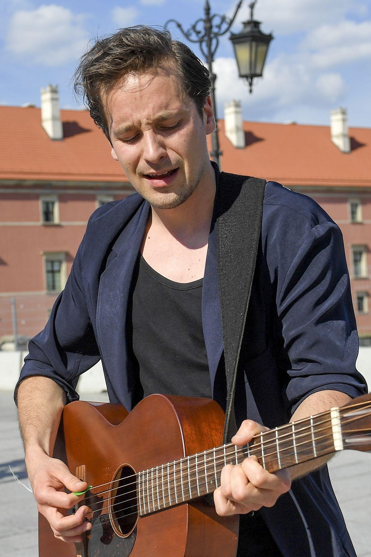 Krzysztof Zalewski gra na gitarze