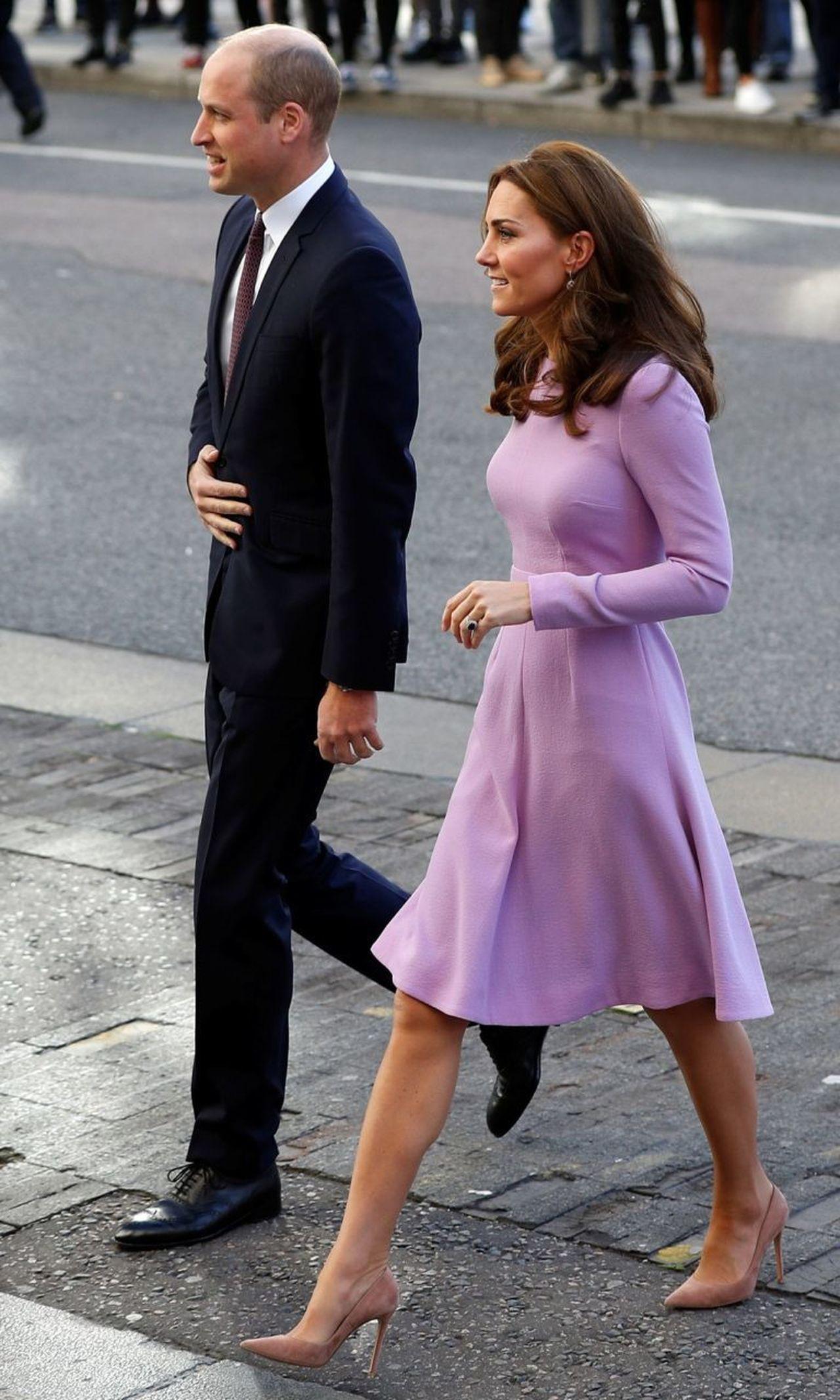 Książę William w garniturze i księżna Kate w liliowej sukience