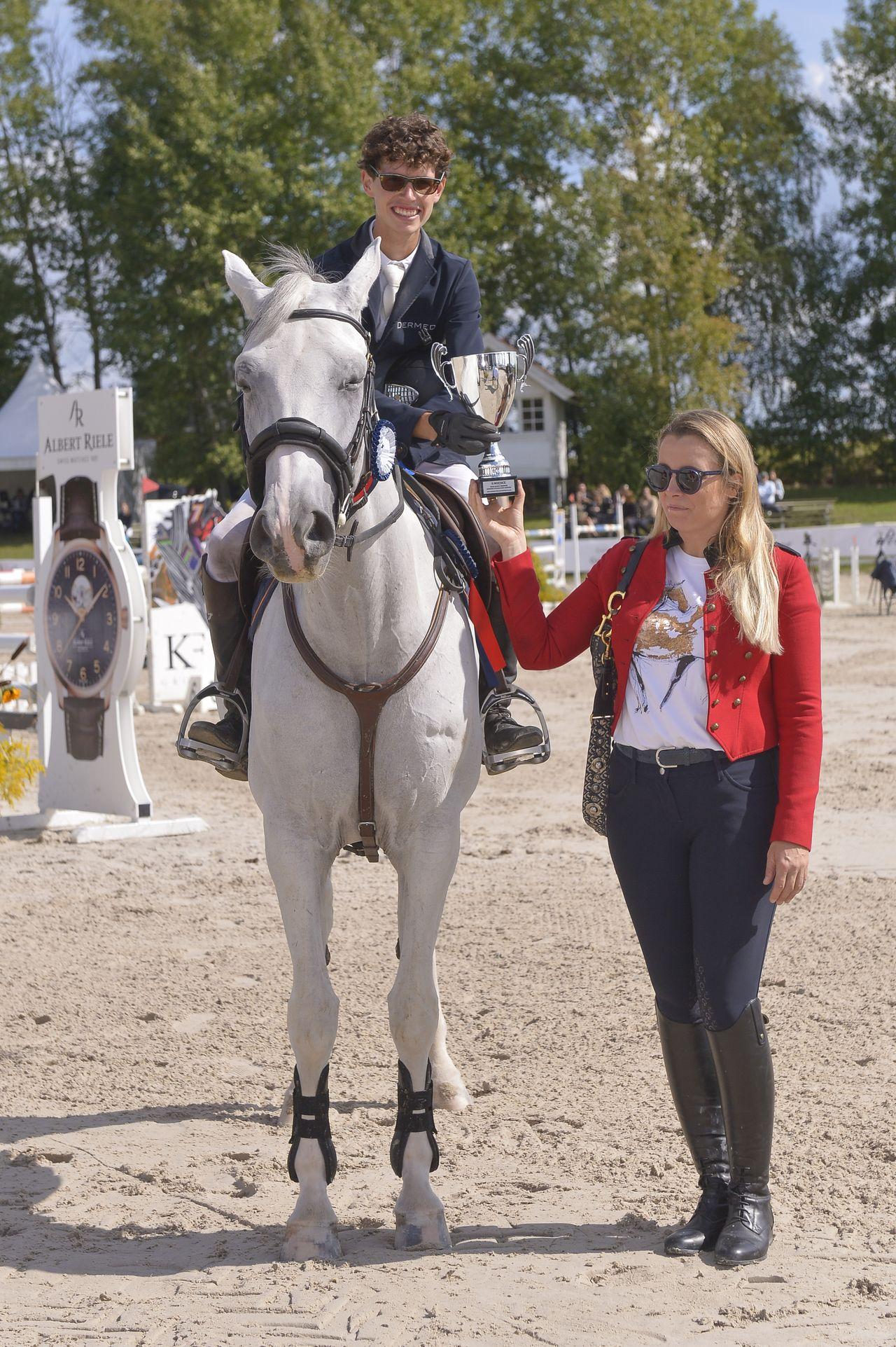 Karolina Ferenstein-Kraśko pozuje z koniem
