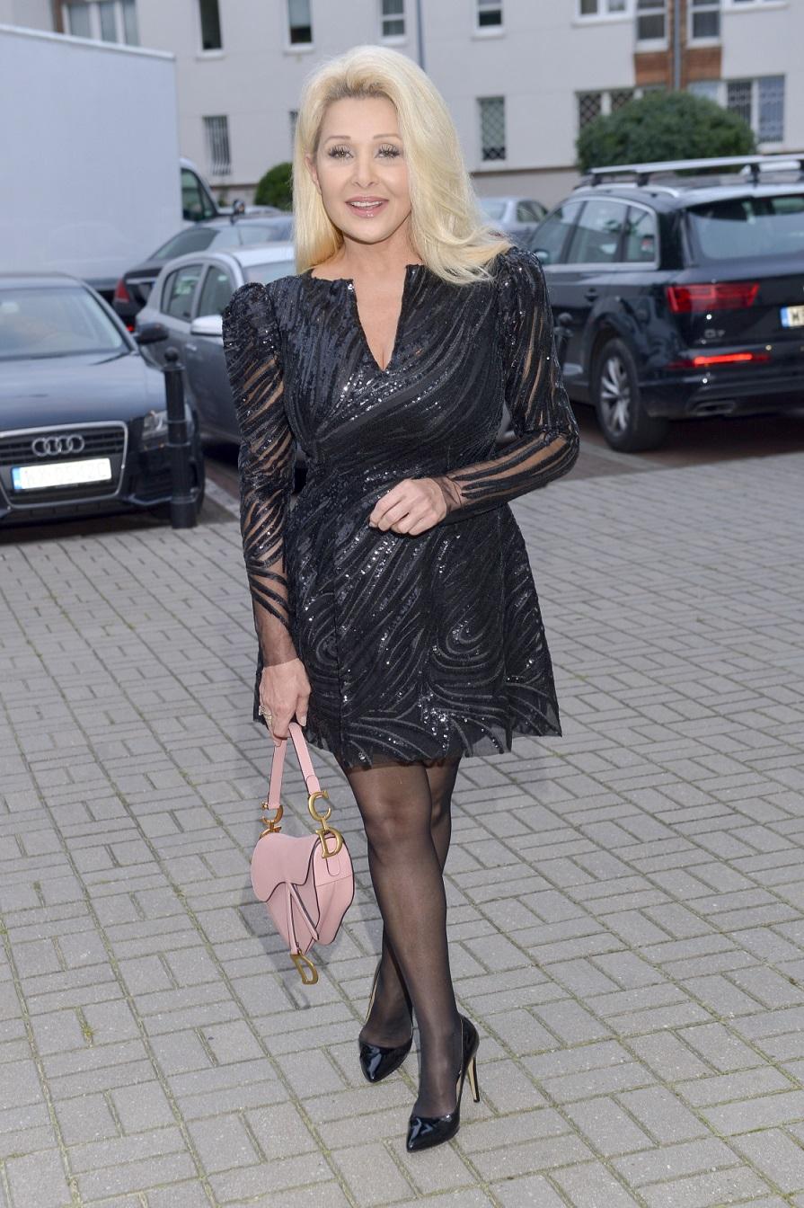 Aldona Orman w czarnej sukience