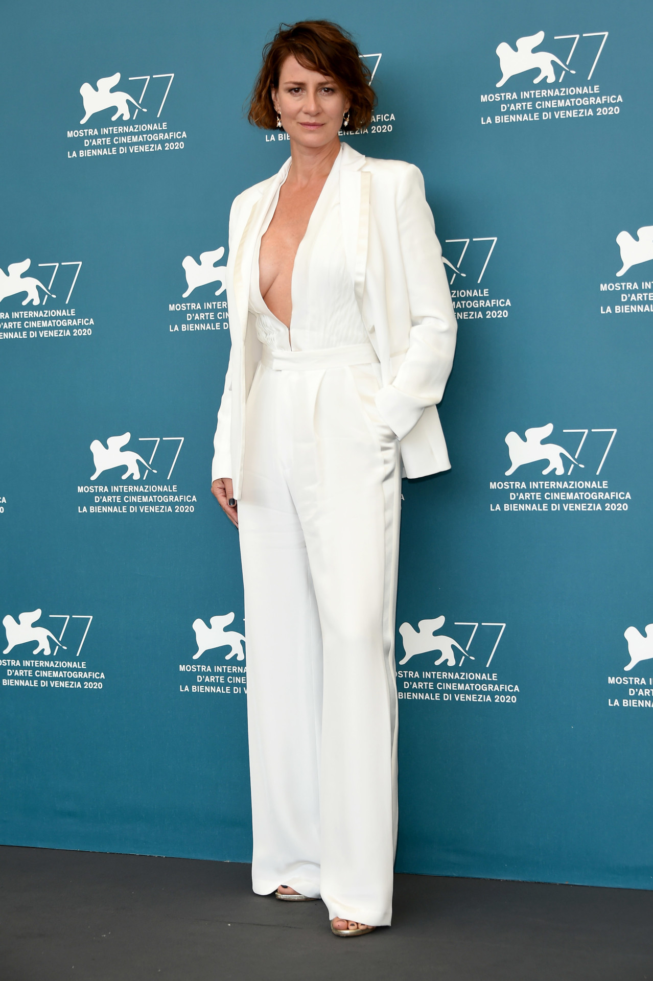 Maja Ostaszewska w białym garniturze, fot. MEGA / The Mega Agency / Forum