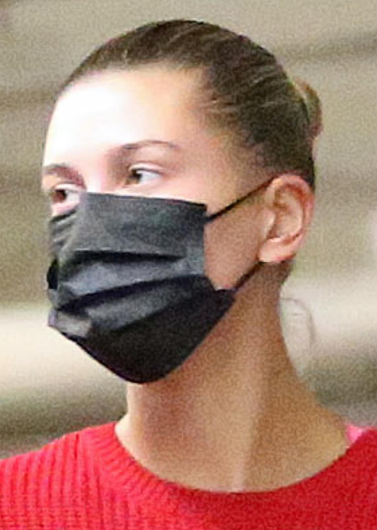 Hailey Bieber na zakupach z przyjaciółką.